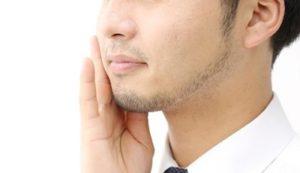 濃い髭で悩む男性